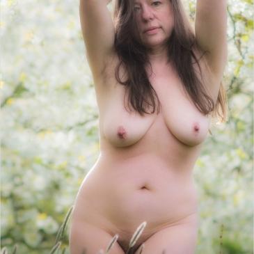 nackte Frau vor blühenden Kirschbäumen in Ockstadt