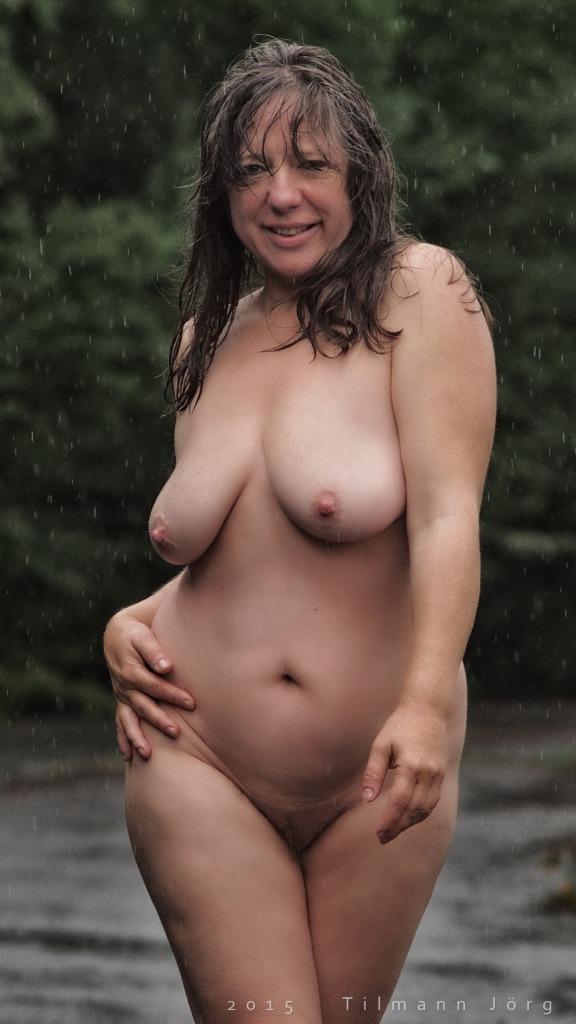 nackte Frau geht durch den Regen