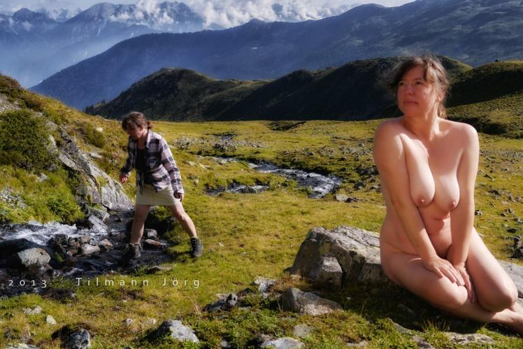 nackte frau in den bergen an einem bach