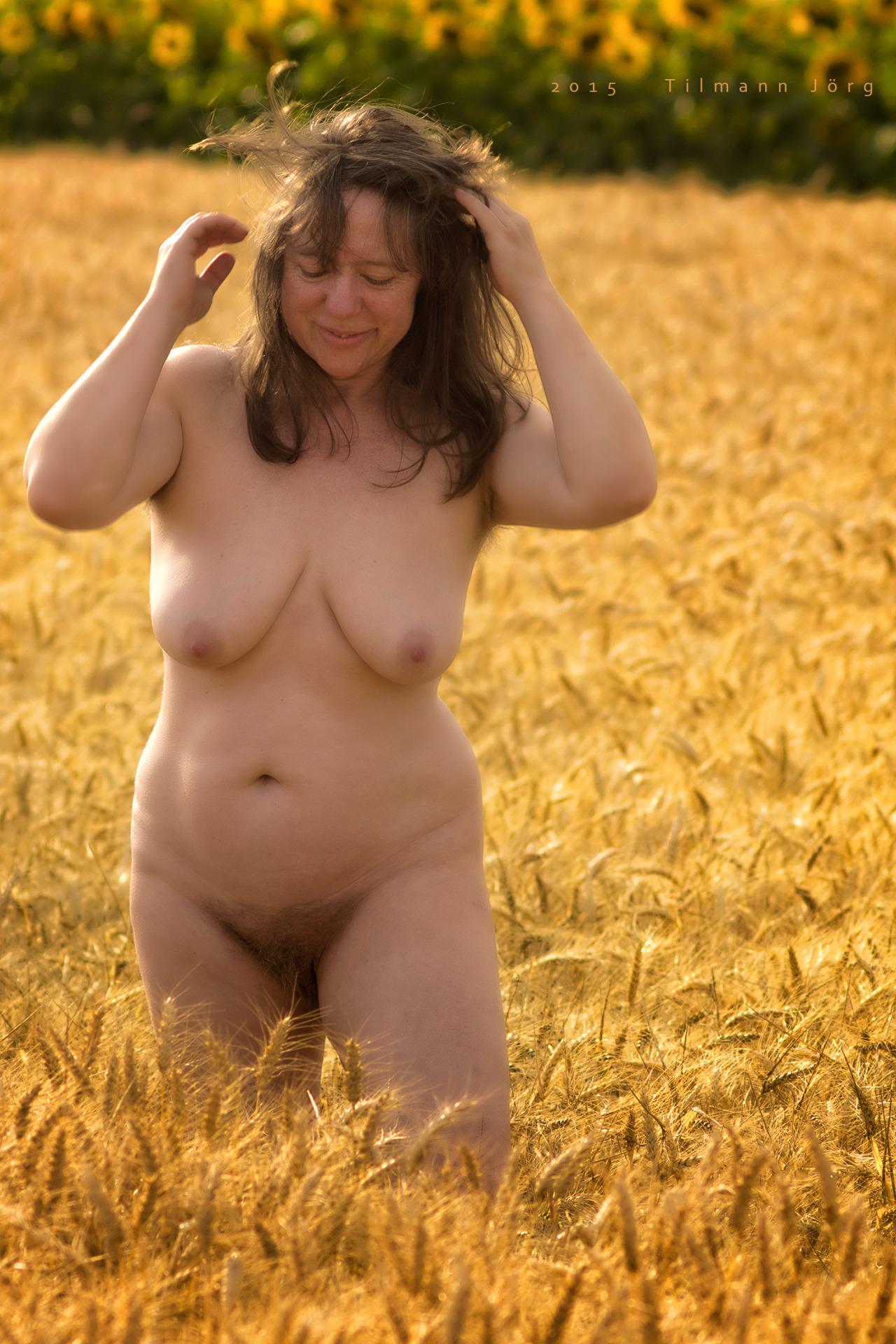 Nackte Frau im Getreidefeld
