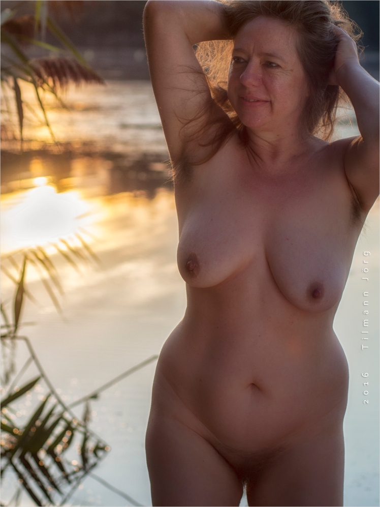 Nackte Frau im See