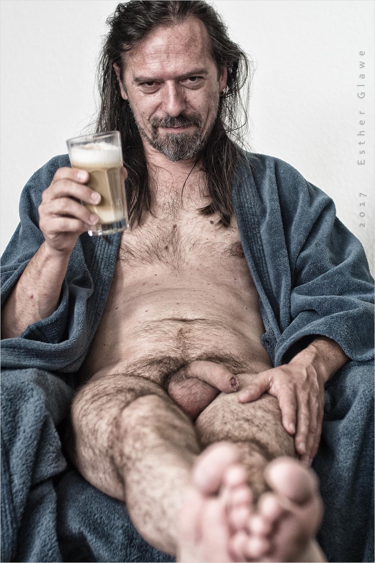 nackter mann trinkt eine latte