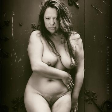nackte Frau vor einer alten Tüt