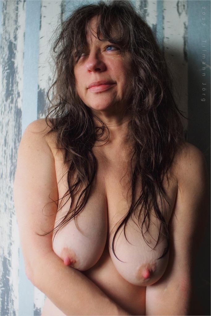 nackte Frau mit dicken Brüsten und steifen Nippeln