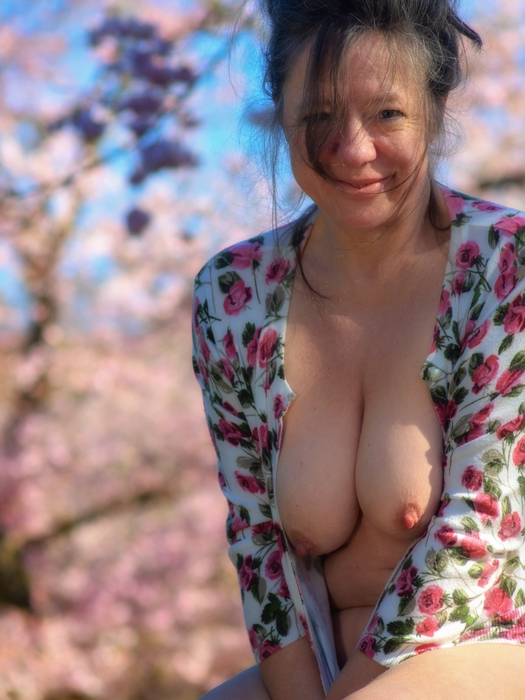 Halbnackt vor Kirschblüten