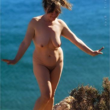 Nackte Frau an einer Steilküste