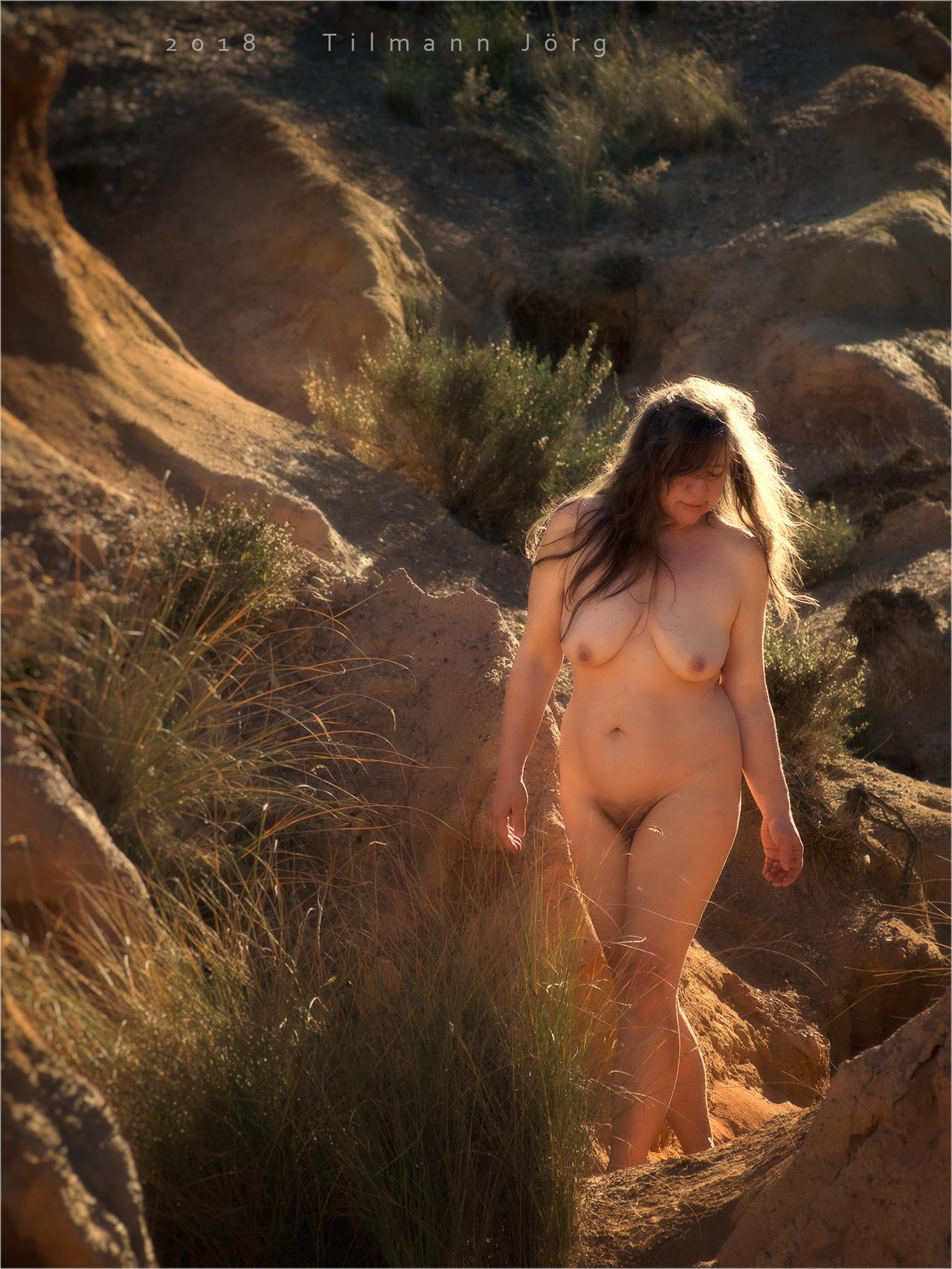nackte frau geht durch die wüste