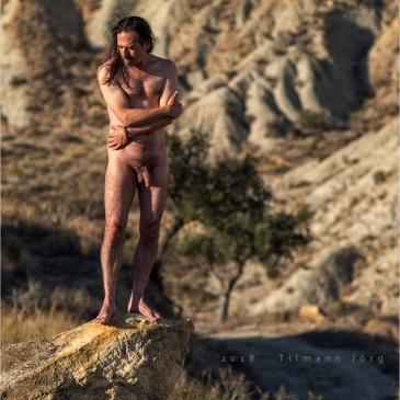 Nackter Mann in Wüstental