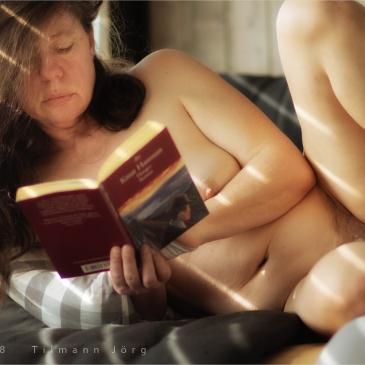 Nackte Frau liest ein Buch
