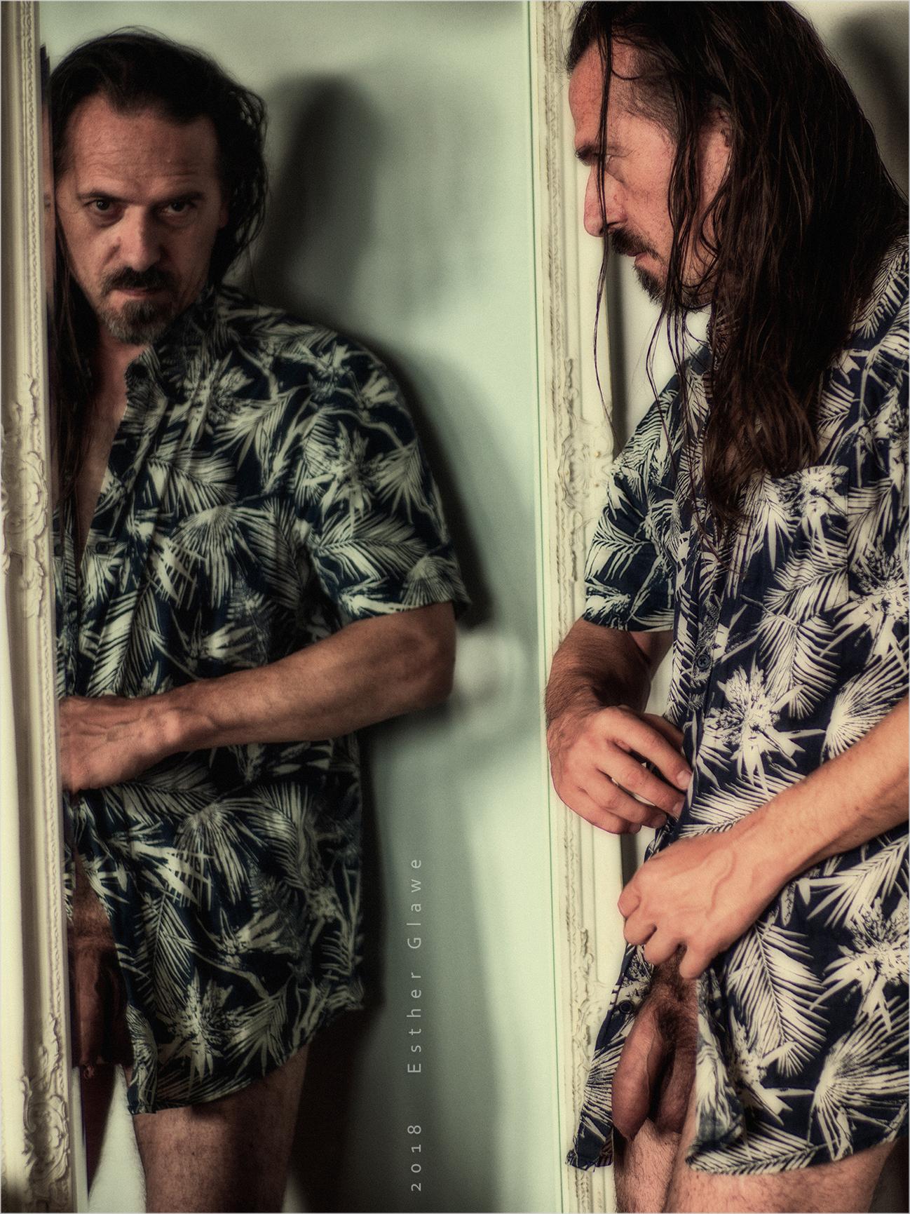 Halbnackter Mann vor Spiegel