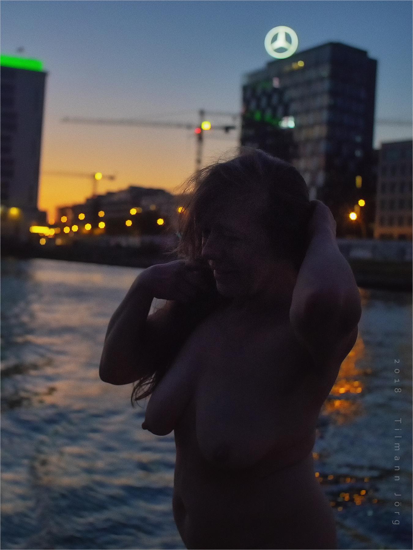 Nackte Frau vor Berliner Abendhimmel
