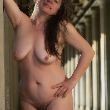 Nackte Frau in den Kolonnaden