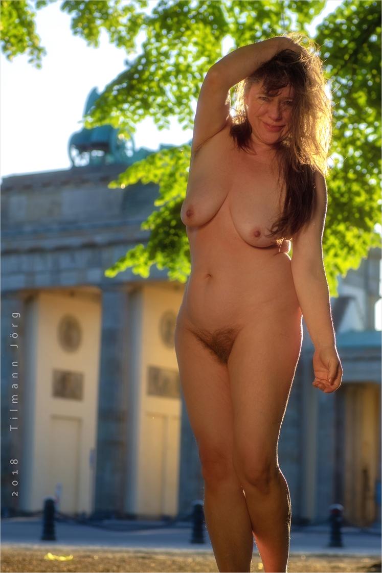 nackte Frau vor Brandenburger Tor
