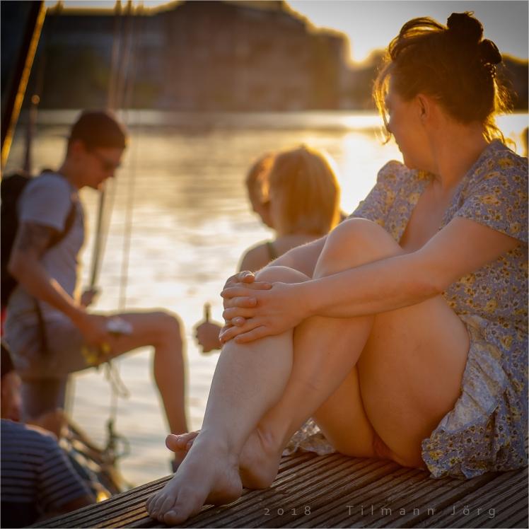 Frau ohne Höschen am Seeufer