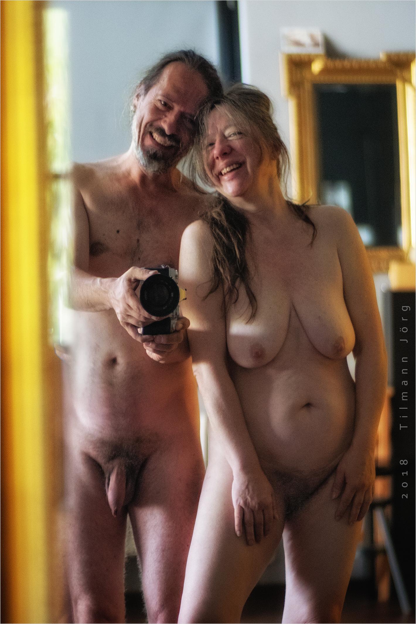 nacktes paar vor dem Spiegel