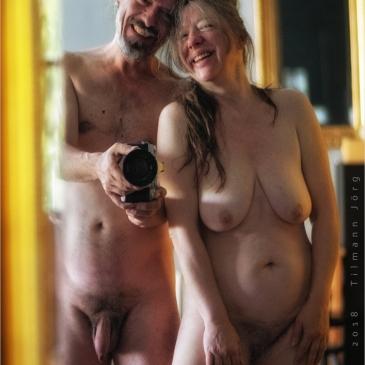 nackte paar vor dem Spiegel