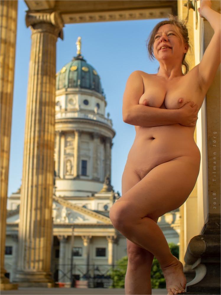 Nackte Frau vor dem Deutschen Dom