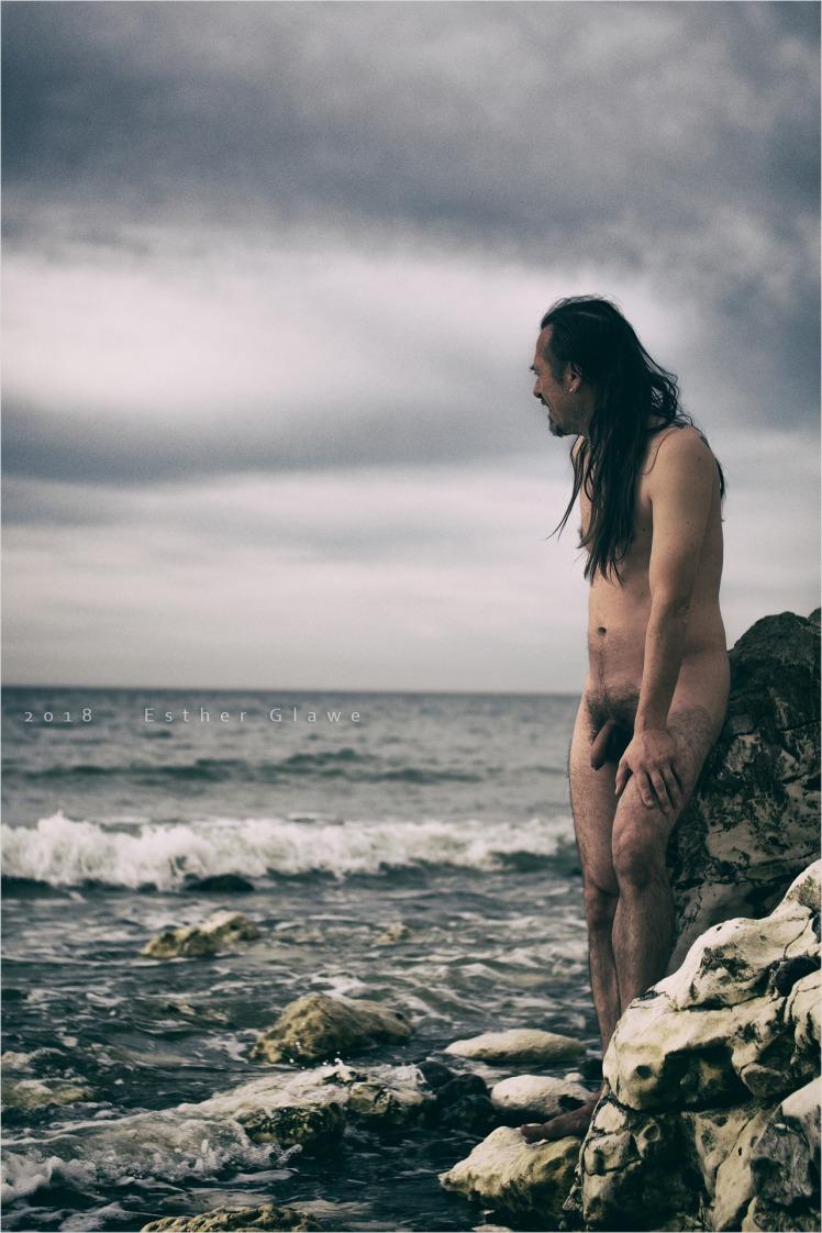 Nackter Mann an der Küste
