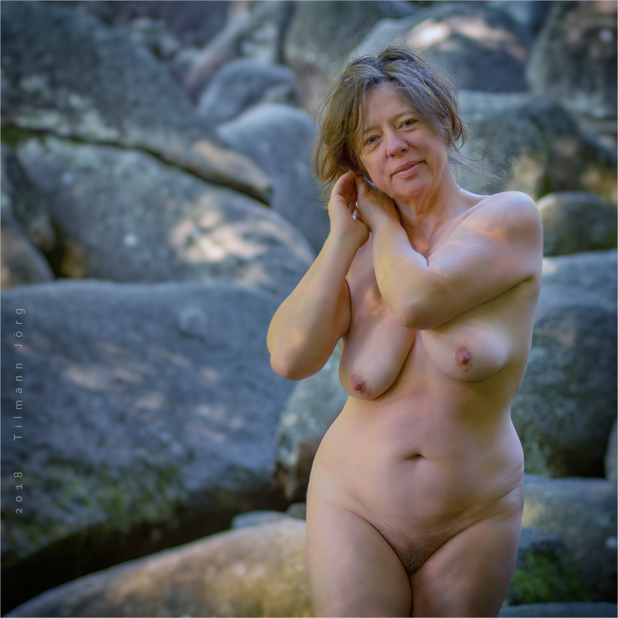 Nackte Frau im Felsenmeer