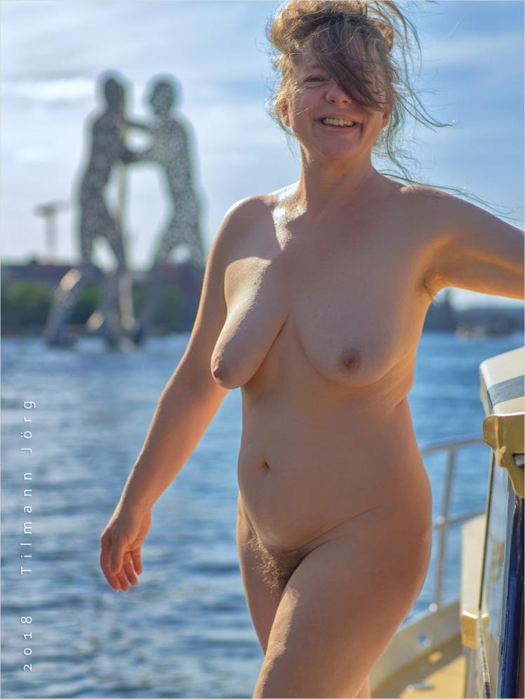 Nackte Frau an Bord eines Bootes auf der Spree