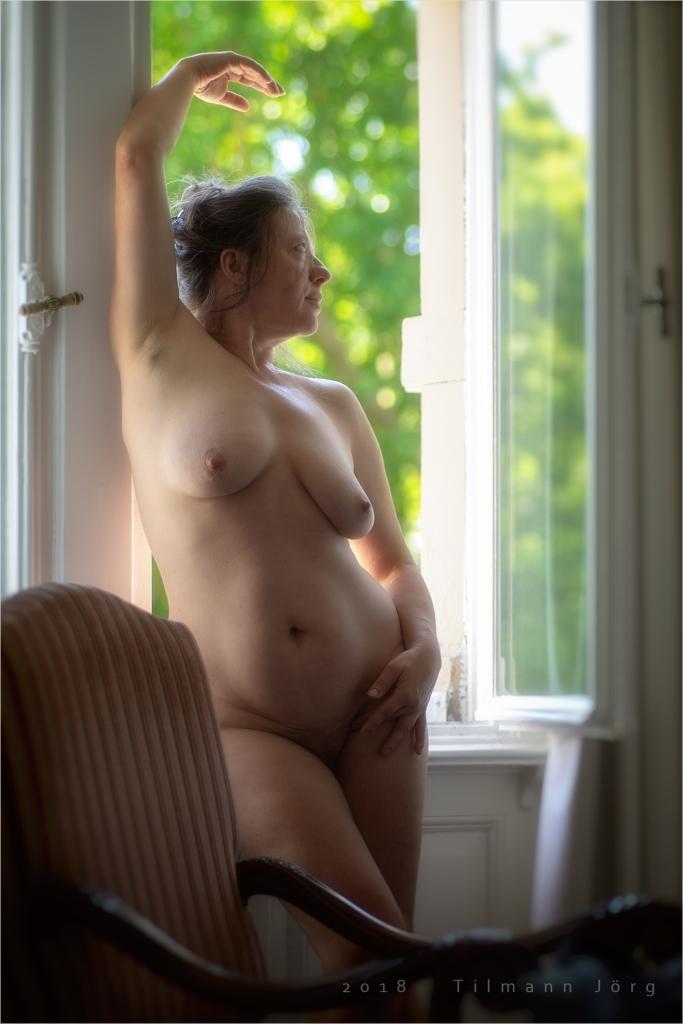 nackte Frau im Hotelzimmer