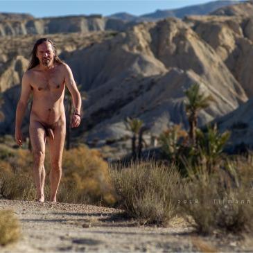 nackter Mann läuft durch die Wüste