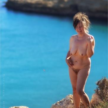 nackte Frau an der spanischen Steilküste