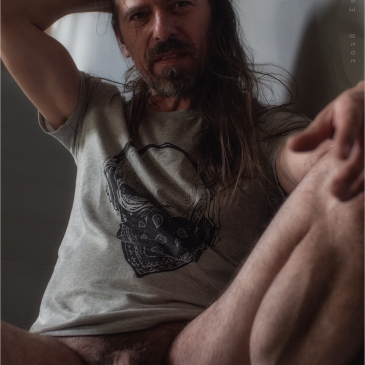 nackter mann auf einer treppe