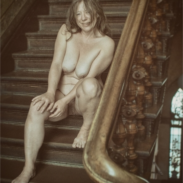 nackte frau in treppenhaus