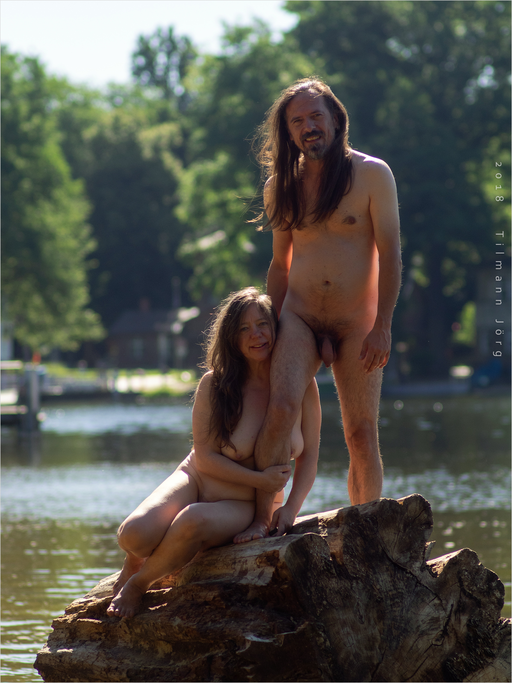 nacktes Pärchen am See