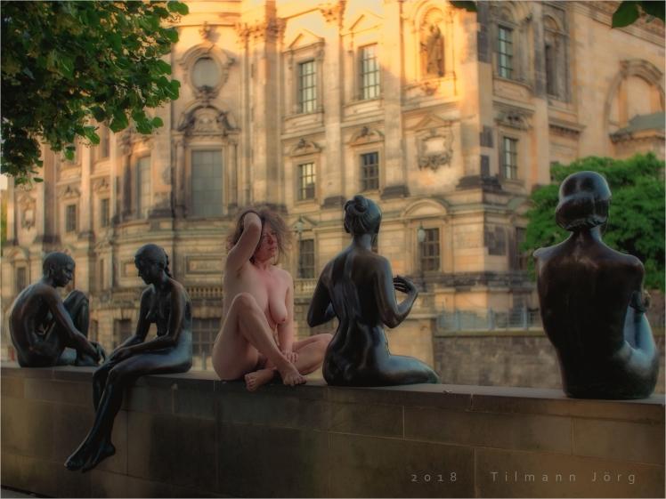 Nackt zwischen Skulpturen am Spreeufer