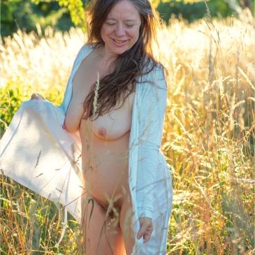 nackte Frau in goldener Sommerwiese