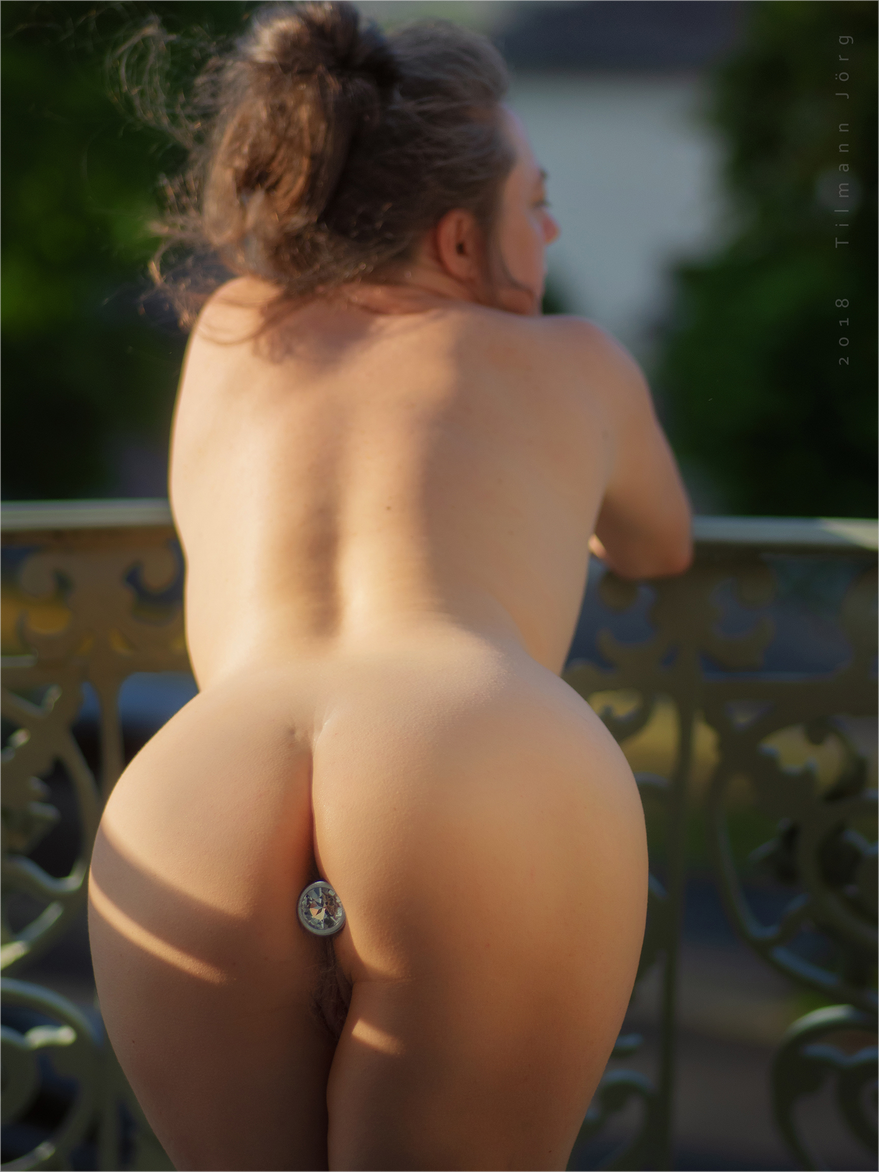 nackte frau mit plug im po auf dem balkon