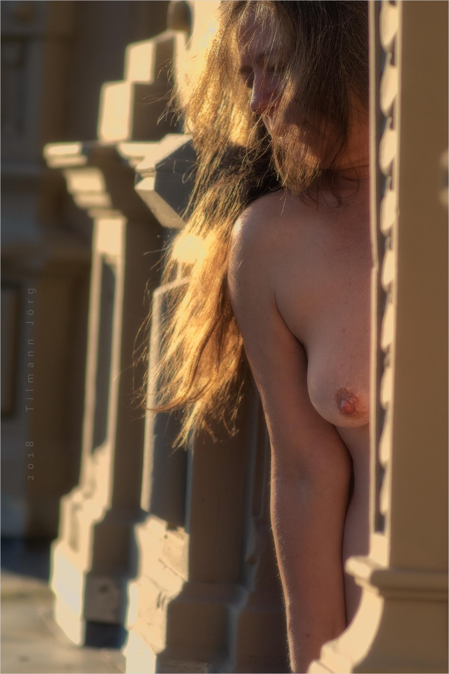 nackte frau lehnt aus dem fenster