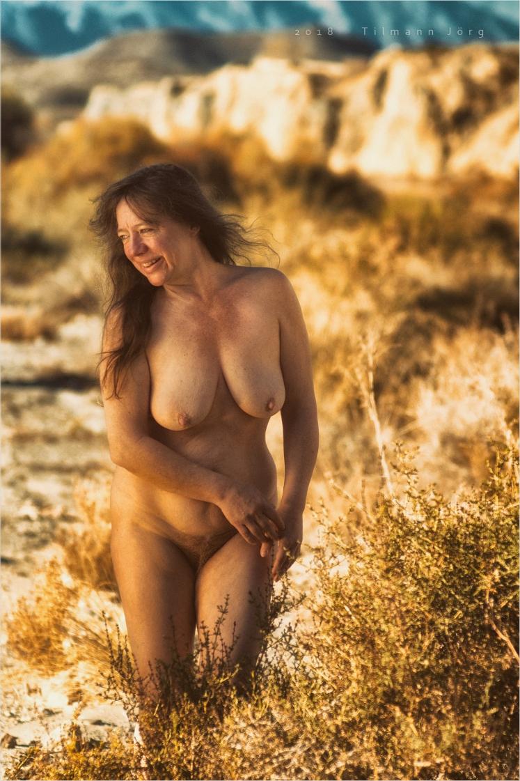 Nicht dürre Frau in dürrer Wüste