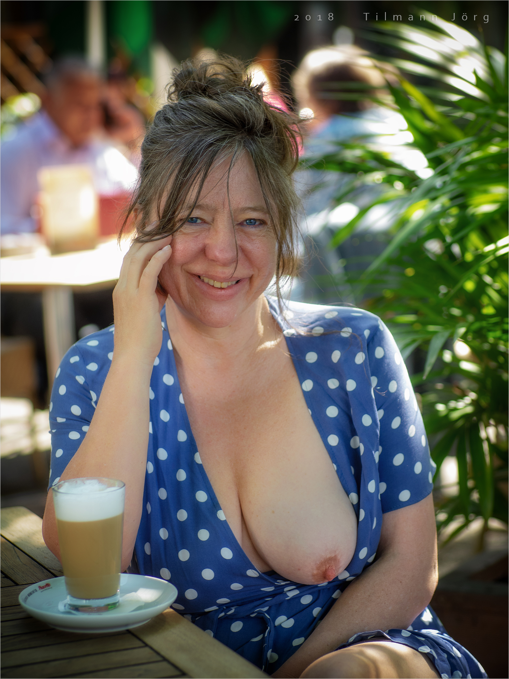 flashing in a Berlin Cafe