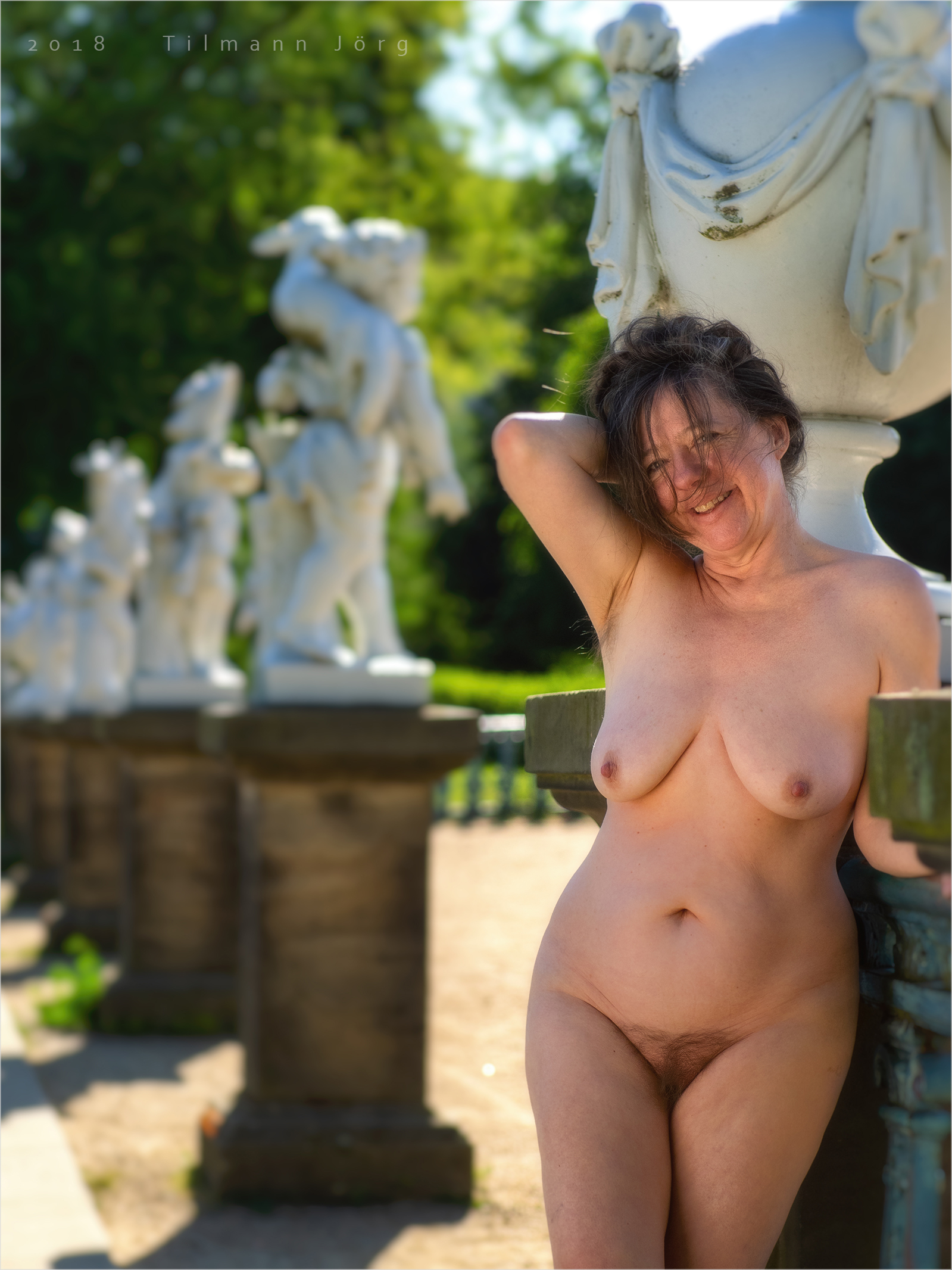 nackte Frau im Garten von Schloss Charlottenburg
