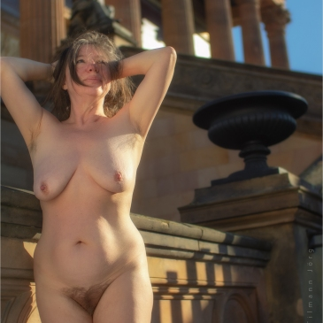 nackte frau in berlin vor der alten nationalgalerie