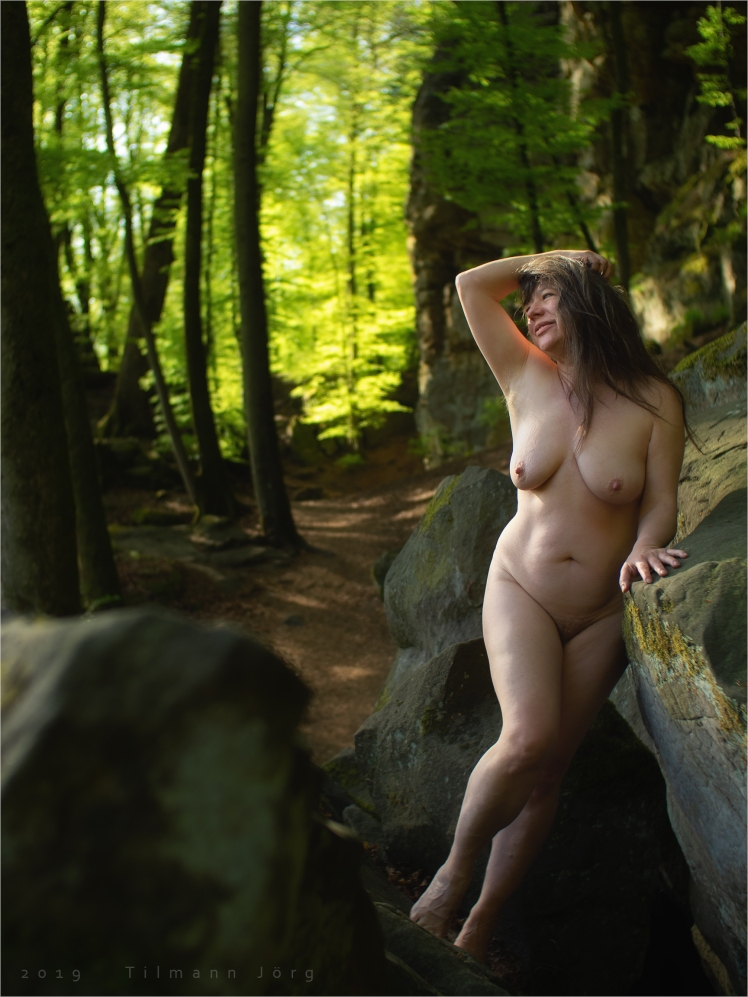 nackte frau im frühlingswald