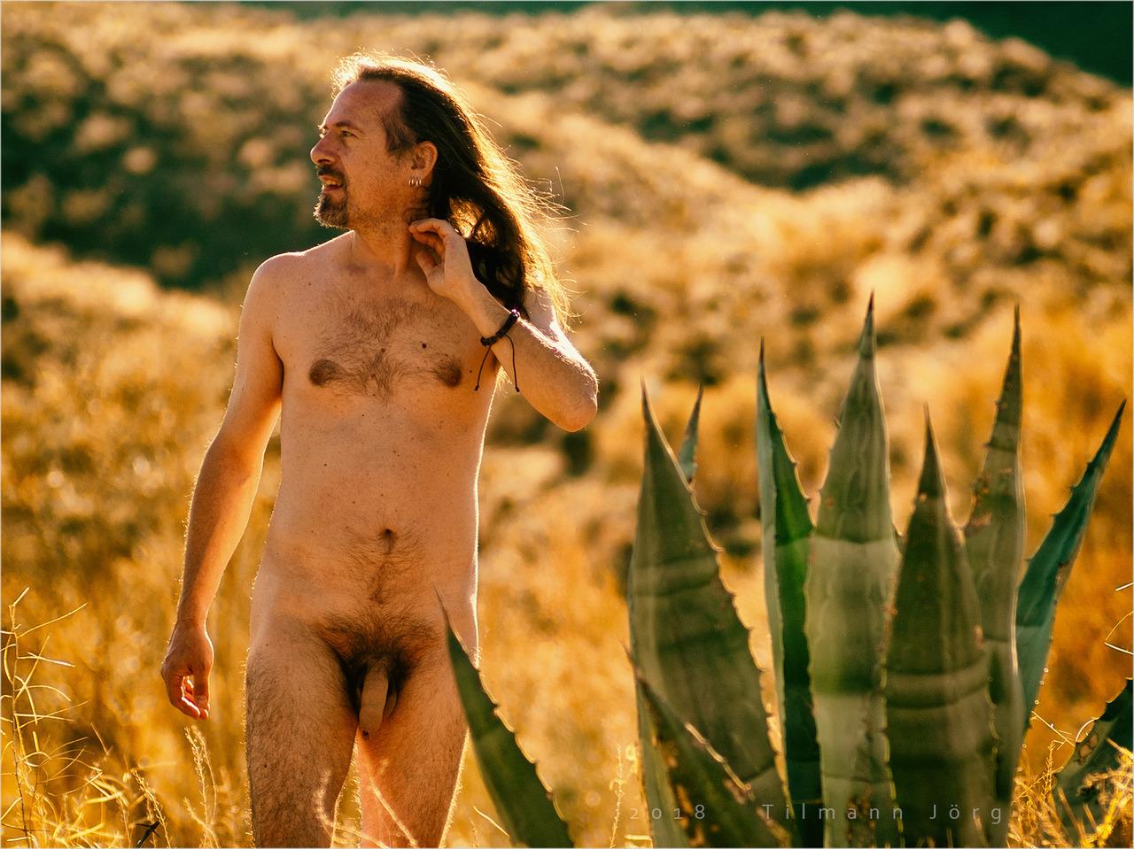 nackter mann in der Wüste