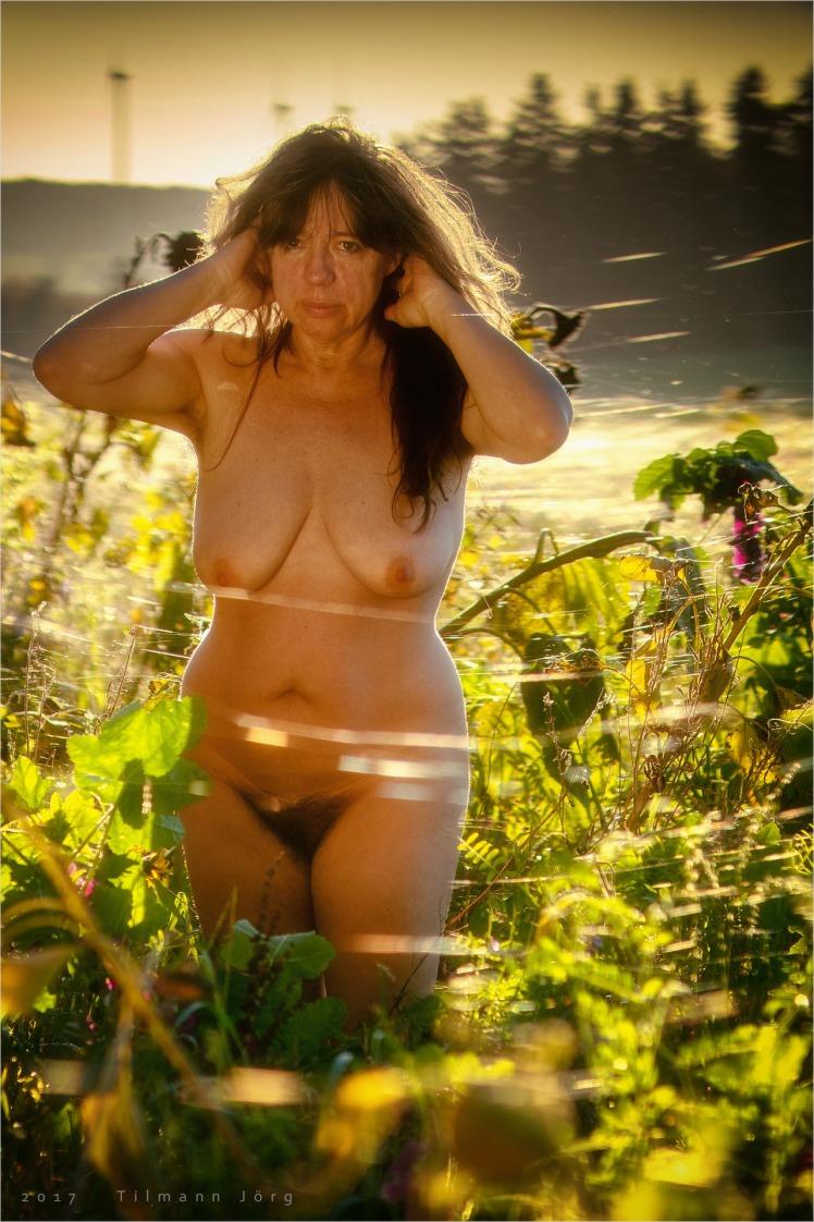 nackte frau in sonnenblumen