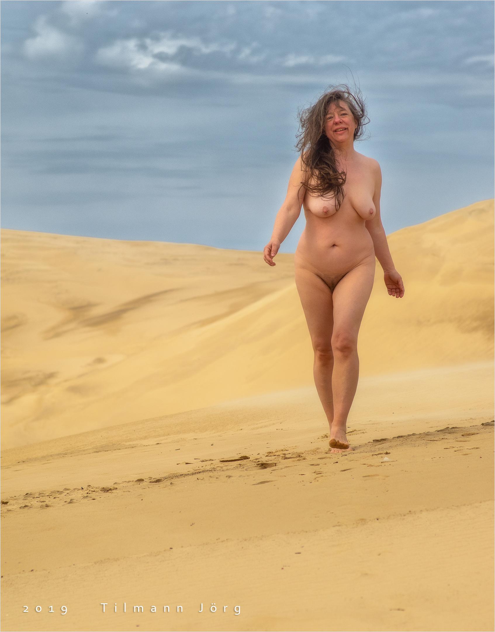nackte Frau in der Sandwüste