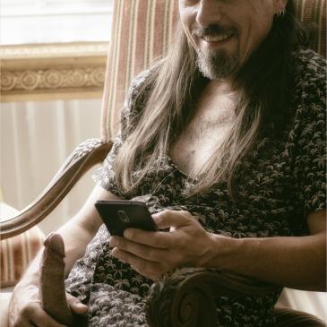 Mann mit Erektion sitzt auf altem Sessel