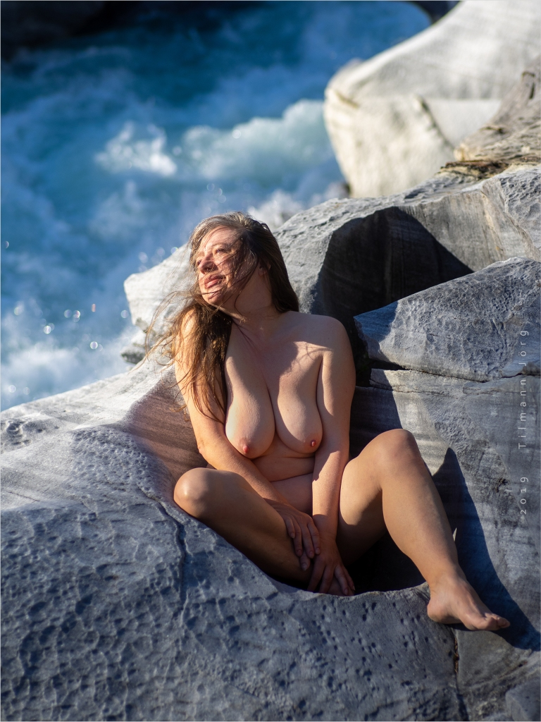 Nackte Frau im Marmorschloss