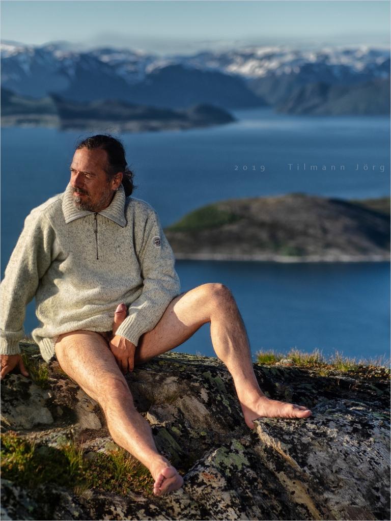 nackter mann vor arktischem Fjord