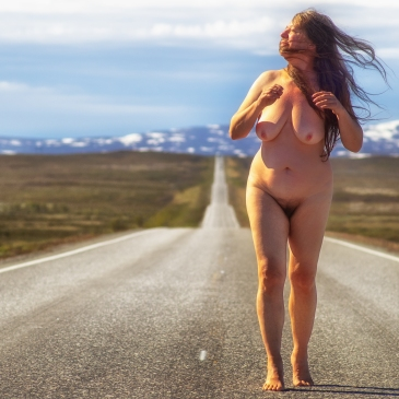 Nackte Frau auf endlos langer Straße