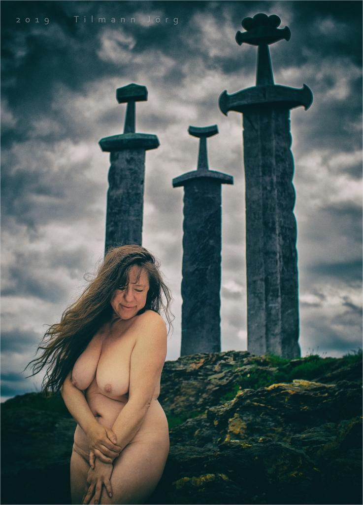nakte frau vor monument