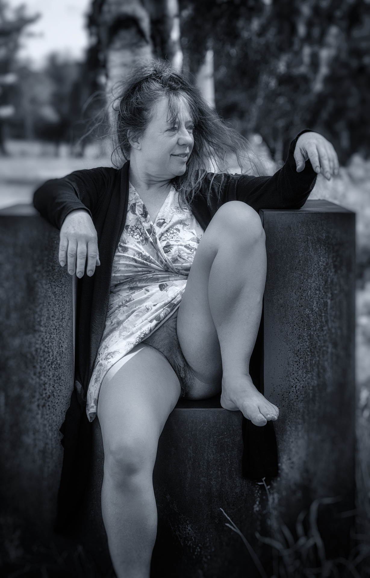 Halbnackte Frau sitzt auf Kunst-Sessel