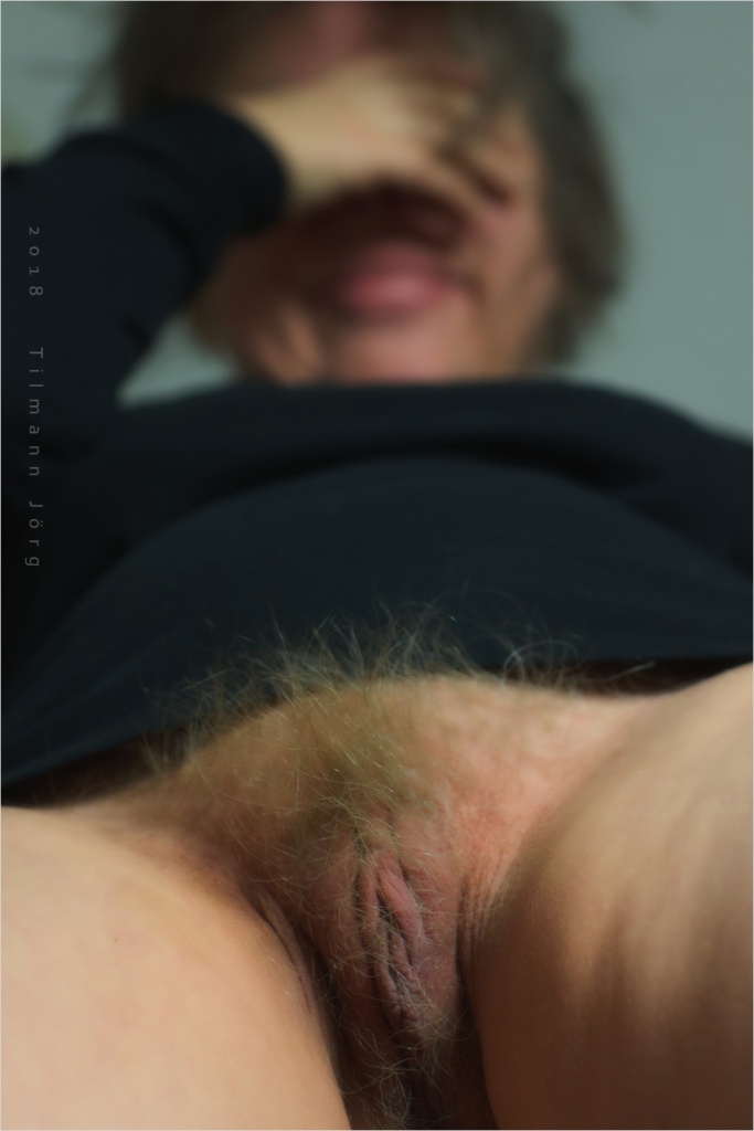 untenrum nackt