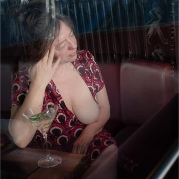 halbnackte Frau im Café